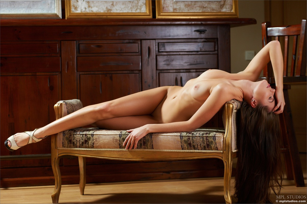 голая девушка с длинными ногами-нц3